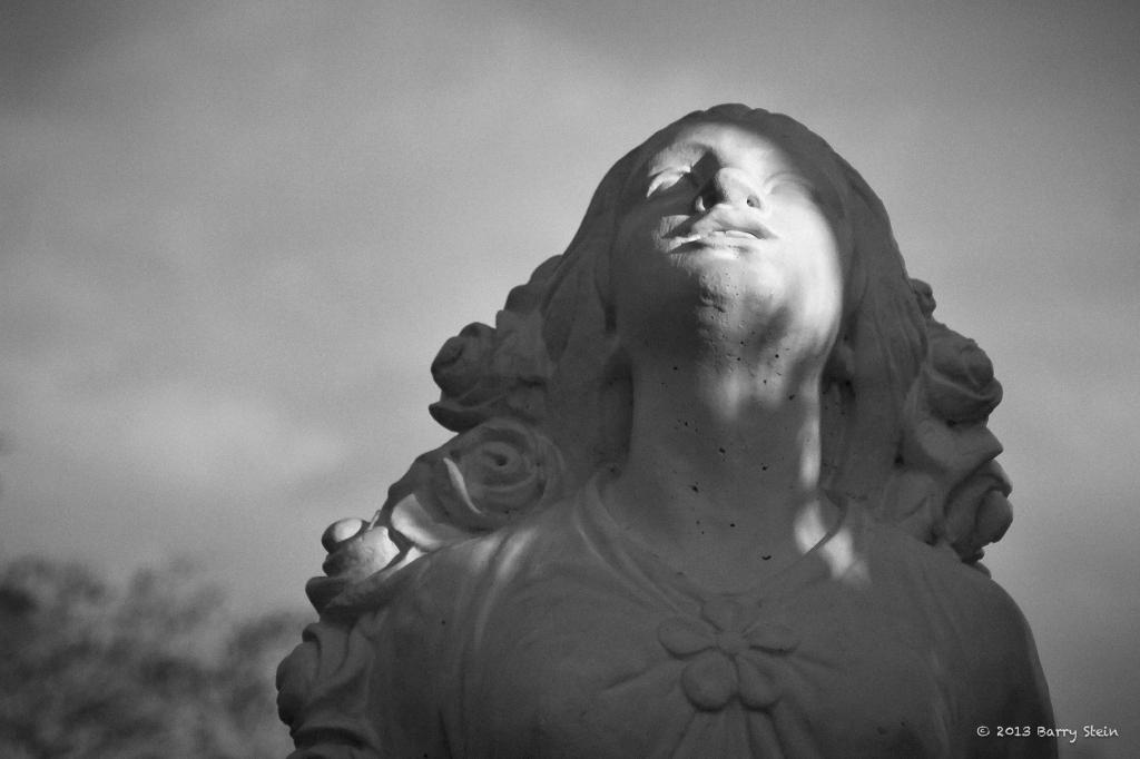 StatueWomanBlackandWhite-9049